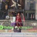 영국의 Oxfam 채러티샵 쇼핑