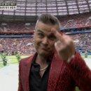월드컵 개막식에서 손가락욕설날리는 로비 윌리엄스.jpg