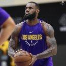 NBA 중계 정보 / 레이커스 유니폼을 입고 연습하는 르브론 제임스